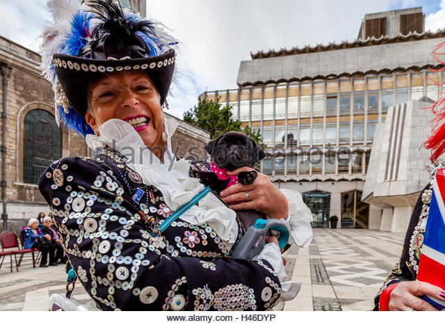 a-pearly-queen-arrives-at-the-pearly-kings-and-queens-harvest-festival-h46dyp